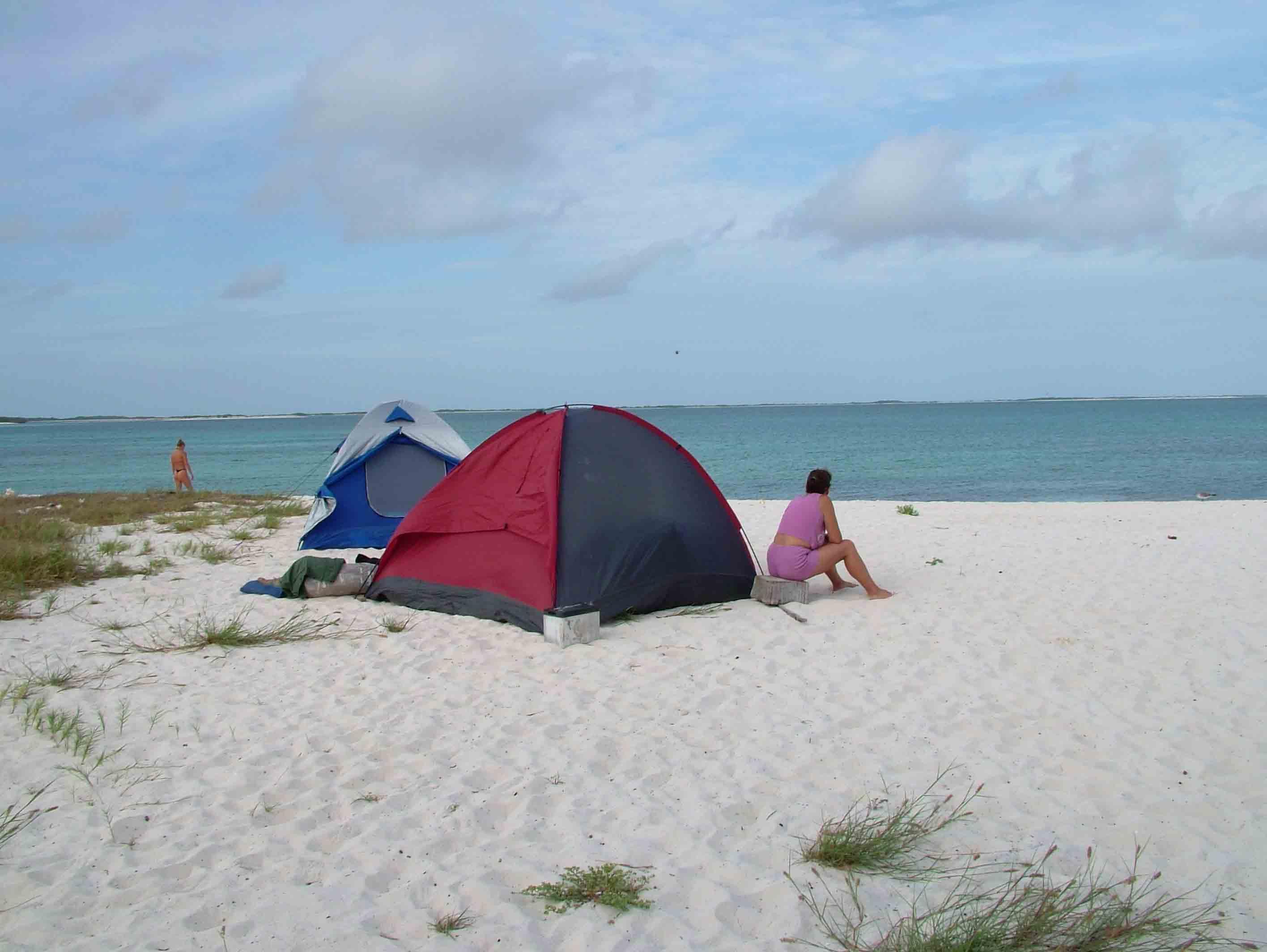 17 agosto 2006 All alba smontiamo la tenda e celeri ci dirigiamo al porto per prenotare la barca che ci porter a Crasqu¬ Tre sono le isole liberamente